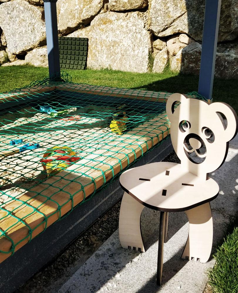 Kinderstuhl mit Bären-Motiv im Garten