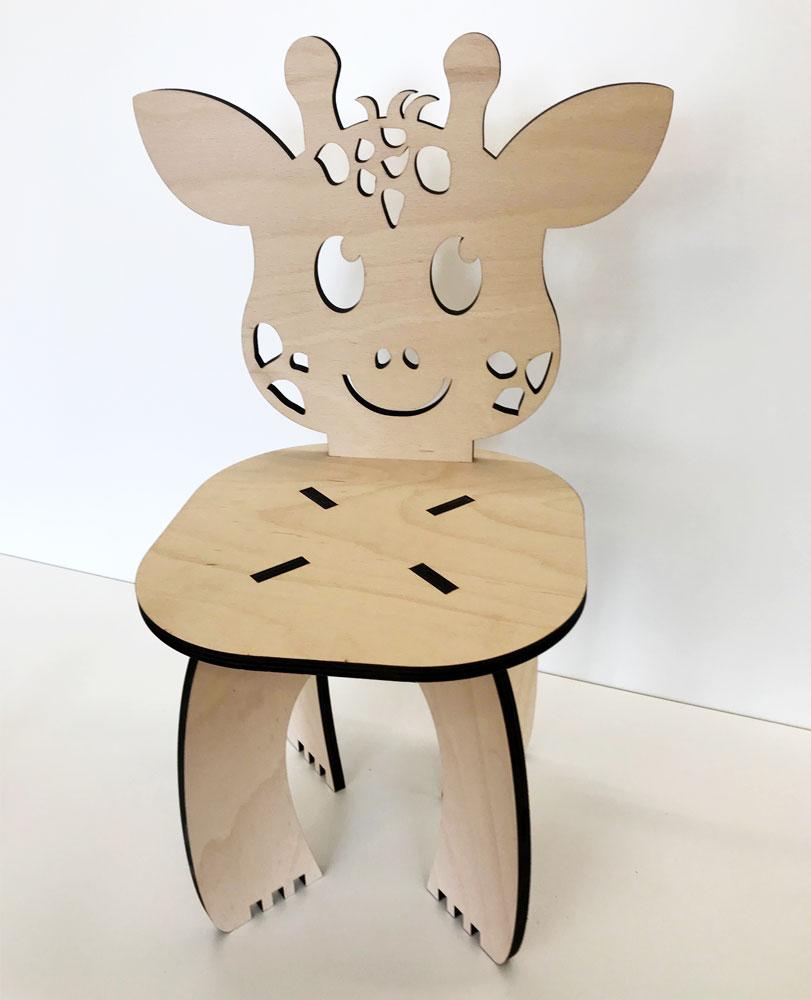 Kinderstühle aus Buchenholz mit Giraffen-Motiv als Rücklehne