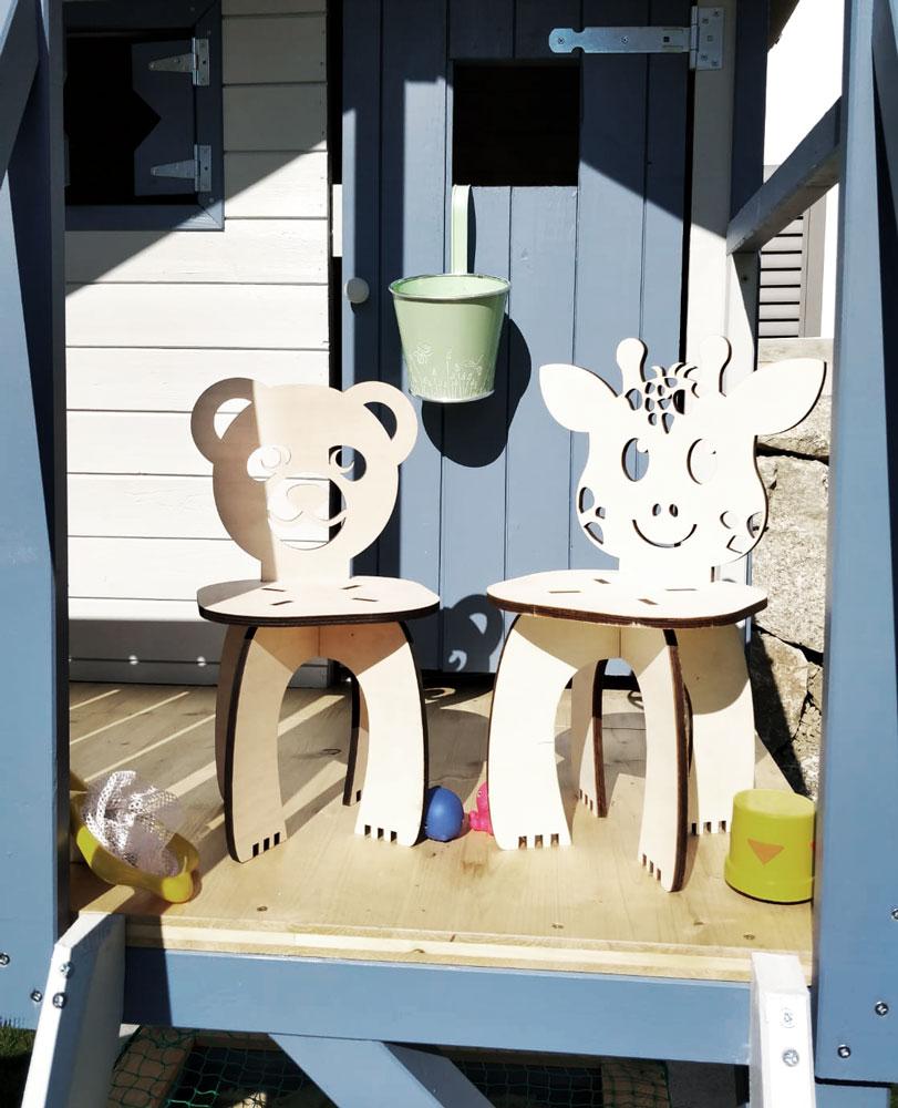 Kinderstühle aus Buchenholz im Garten